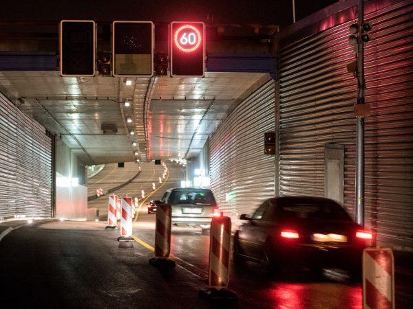 10.12.2018, Hamburg: Fahrzeuge fahren auf die mit einem Lärmschutzdeckel überdachte Autobahn A7 bei Stellingen. Nach zweijähriger Bauzeit sind am Morgen die ersten Fahrzeuge durch den neuen Lärmschutzdeckel gerollt. Foto: Daniel Bockwoldt/dpa