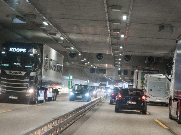 25.06.2018, Hamburg: Fahrzeuge fahren auf der Autobahn 7 bei Schnelsen durch den Schnelsen-Tunnel mit dem Lärmschutzdeckel. Der Verkehr auf der A7 bei Schnelsen rollt seit Montagmorgen in beiden Fahrtrichtungen durch einen Lärmschutztunnel. Foto: Daniel Bockwoldt/dpa