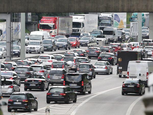 21.06.2019, Hamburg: Fahrzeuge stauen sich der Autobahn 7 in Richtung Norden. Am Wochenende kann es nach dem Ferienbeginn in einigen Bundesländern auf den Hamburger Autobahnen zu Staus kommen. Foto: Bodo Marks/dpa